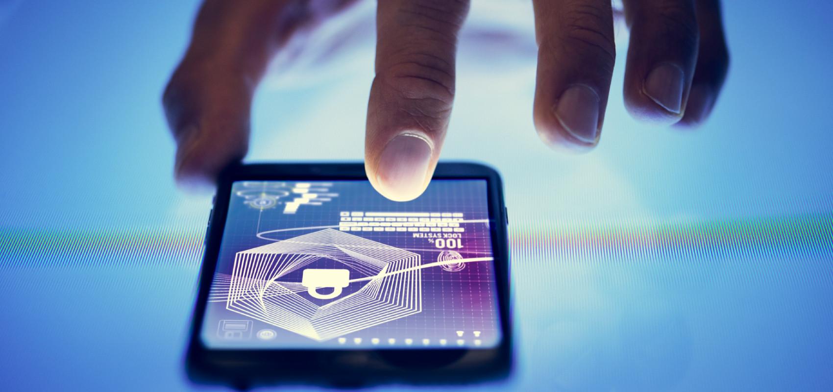 man beschermt privacy op smartphone